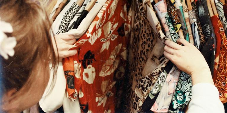 Wyprzedaże ubrań – jak szukać najlepszych promocji?